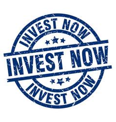 Invest now blue round grunge stamp vector